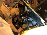 Arabanın motoruna sıkışan kediyi 2 saatte kurtarabildiler