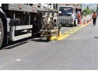 Büyükşehirden yol-asfalt, yaya geçidi ve okul oyun alanları çizgileri için yoğun mesai