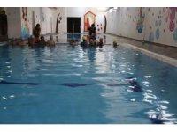 Bağlar Belediyesi'nden annelere yüzme dersi