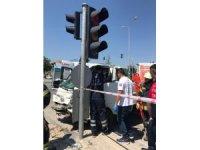 Trafik ışığı direkleri faciayı önledi: 2 yaralı