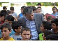 Başkan Ertuğrul Çetin, binlerce çocuğa spor malzemesi hediye etti