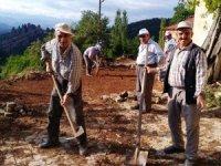 Köylülerin imece usulü yol bakım onarım çalışması