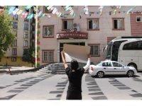 İşten çıkarıldığını iddia eden engelli kadın, HDP önünde protesto eylemi yaptı