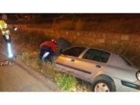 Burhaniye'de araç yan yola uçtu: 3 yaralı