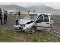 Ardahan'da kamyonet ile otomobil çarpıştı: 8 yaralı