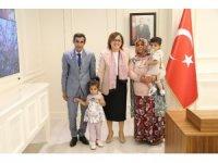 Fatma Şahin, mahallelinin sevdiği temizlik görevlisi Hikmet Özkul'u ağırladı