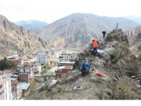 Yusufeli'nde kayalıklar profesyonel dağcılarla çelik ağlarla örülüyor