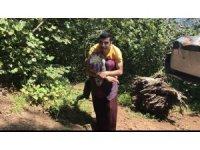Engelli genç yolu olmayan evine annesinin sırtında gidiyor