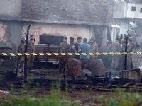 Pakistan'da askeri uçak evlerin üzerine düştü:17 ölü