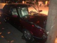 Elektrik direğine çarpan otomobil sürücüsü ağır yaralandı