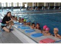 Olimpik havuzda, 2 bin çocuk, yüzme öğrendi