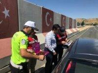 Jandarma ve polisten şekerli bayram uygulaması