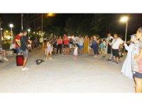 Burhaniye'de iki arkadaşın sokak konseri ilgi gördü