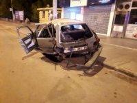 Kağıt gibi ezilen araçtan hafif yaralarla kurtuldu