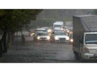 Aniden bastıran yağış Bakırköy sahil yolunda trafiği felç etti