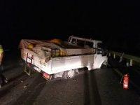 Seyir halindeki kamyonet lastikleri alev alarak devrildi
