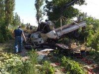 Sebze yüklü kamyonet bahçeye devrildi: 2 yaralı