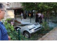 Otomobil bahçede sallanan çocuğun üzerine uçtu