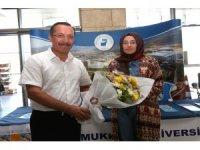 Pamukkale Üniversitesi'ni kazanan öğrenciler çiçeklerle karşılandı