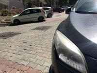 İstanbul'da motosikletli çetenin lüks otomobilin farını çalma anı kamerada