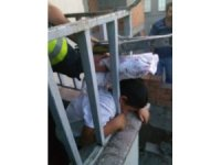 Kafası balkon demirine sıkışan çocuk kurtarıldı