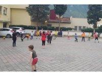 Çocuklar tesislere gidemeyince, antrenörler mahalledeki okul bahçelerine geldi