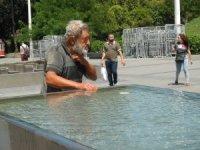 Sıcaktan bulanan vatandaş süs havuzunda serinledi