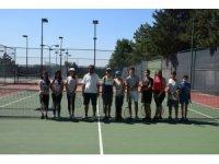 Çocuklar yaz boyunca tenisle buluşuyor
