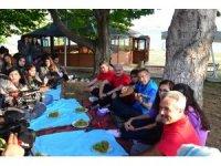 Gençlere saz çalan Oktay, Hekimoğlu adlı türküyü söyledi