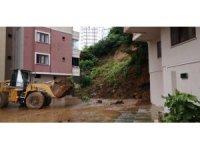 Rize'de istinat duvarı çöktü, 3 araç zarar gördü