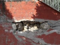 Aylardır tamir edilmeyen okul istinat duvarı tehlike saçıyor