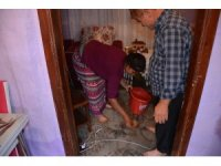 Yağmurdan taşan kanalizasyon suyu ev halkını mağdur etti