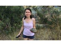 Mersinli Fulya Yetiş, önce itfaiyeyi seferber etti sonra da kaplumbağanın imdadına yetişti