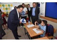 Başkan Şahin, okula başlayan çocukların sevincini paylaştı