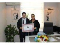 Genç avukat ruhsatnamesini Baro Başkanı Aynur'un elinden aldı
