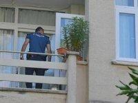Oğlu menemeni beğenmeyince sinirirlendi, kendini balkondan aşağıya attı!