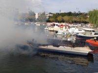 Küçükçekmece'de tekne alev alev yandı!