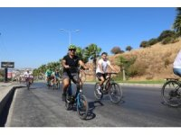 Bodrum Belediye Başkanı bisiklete binerek tarihi yerlerde çöp topladı
