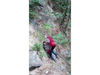 Dağ yürüyüşünde mahsur kalan genci jandarma kurtardı