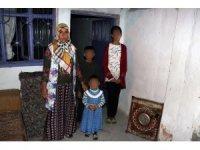Evleri yanan kadın, 3 çocuğuyla mağdur oldu
