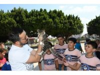 Şanslı kedi öğrenciler ve öğretmenler sayesinde yürümeye başladı