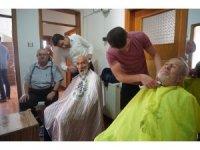 Huzurevindeki yaşlılara ücretsiz saç tıraşı ve kişisel bakım
