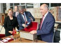 Hatay'da yakalanan tarihi eserler Irak'a teslim edildi