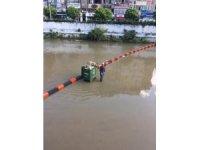 Yağmurla gelen çöpler liman girişinde toplandı