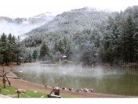 Limni Gölü'ne mevsimin ilk karı yağdı