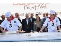 Tarihi Eminönü Meydanı'nda 15 bin dilim baklava dağıtıldı
