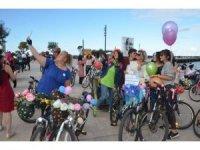 """""""Süslü Kadınlar"""" bisikletleriyle sokakta"""