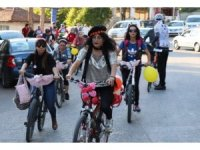 Osmanlı kenti Safranbolu'da süslü kadınlar temiz hava için pedal çevirdi