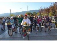 Edremit'te 'Süslü Kadınlar Bisiklet Tur'u caddeleri renklendirdi