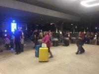 Firmaları iflas eden İngiliz turistler gönderilen uçakla ülkelerine dönüyor